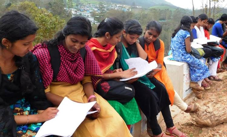 munnar college students studying in street